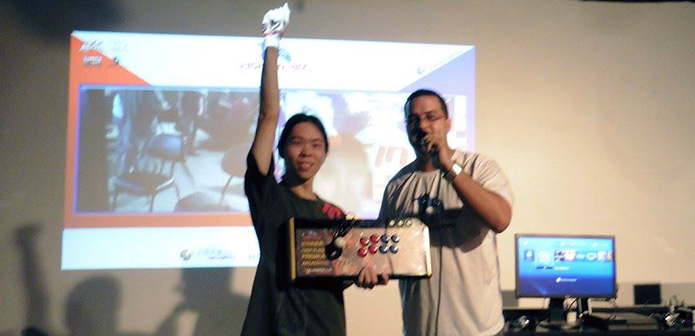 Nikki recebndo prêmio do Fight in Rio