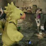 Jogador com traje de chocobo na expansão Comrades de Final Fantasy XV