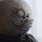 Yoko Taro com máscara de personagem de NieR