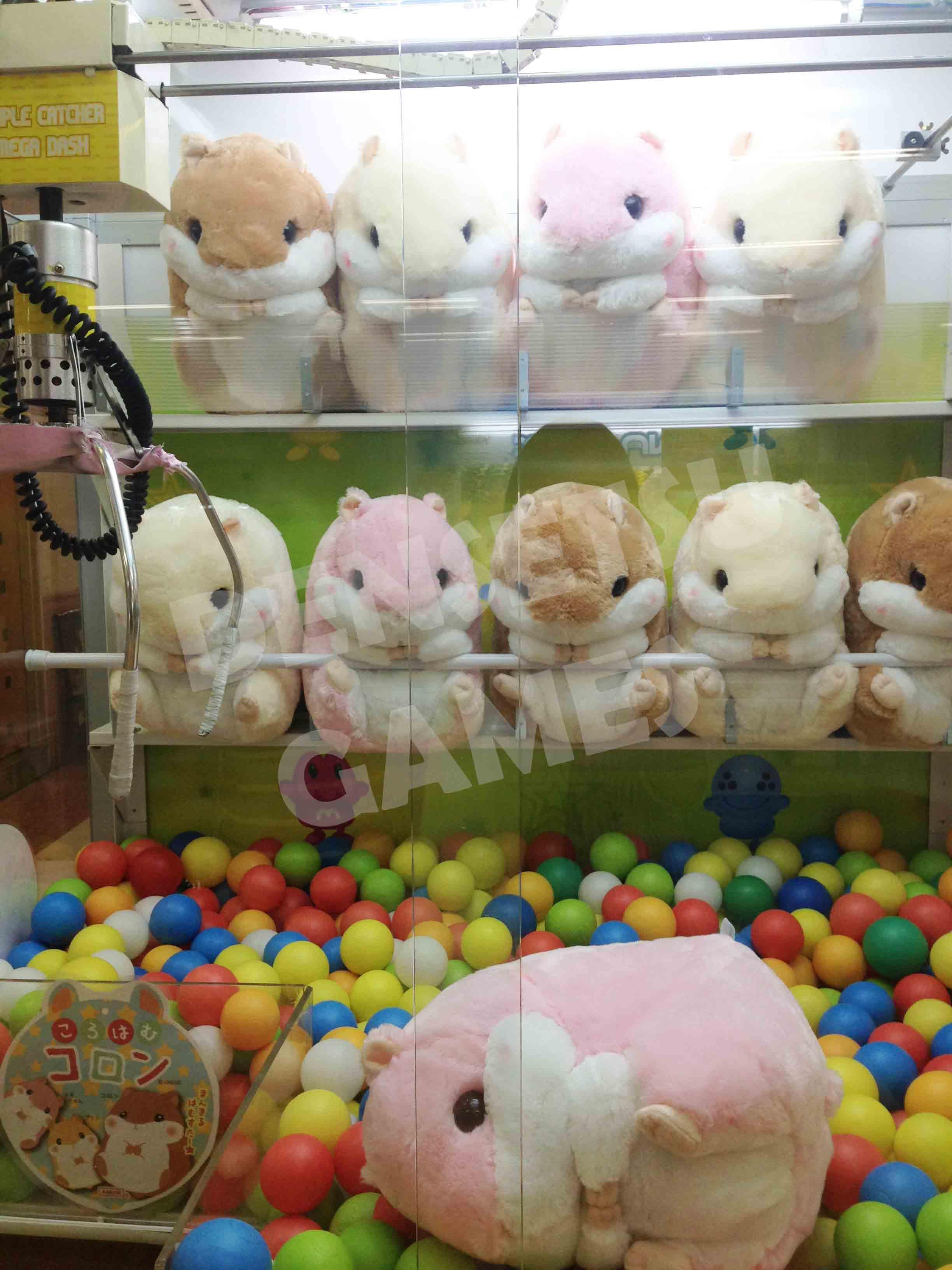 Hamster de pelúcia em máquina de fliperama no Japão.