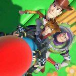 Screenshot exibindo Sora, Woody e Buzz Lightyear em Kingdom Hearts III