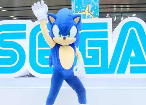 Foto de mascote do Sonic no festival Sega Fes